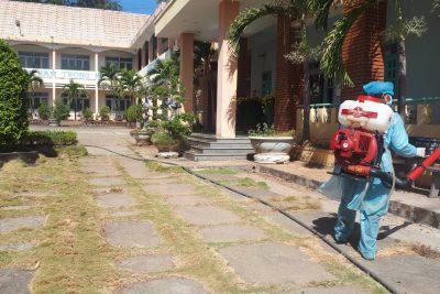 Hình ảnh vệ sinh và phun thuốc khử trùng phòng, chống bệnh dịch viêm đường hô hấp cấp do chủng mới vi rút Corona gây ra tại trường THPT Phan Chu Trinh