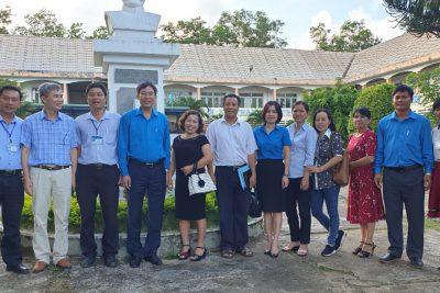 Chủ tịch Công đoàn Giáo dục Việt Nam thăm và tặng quà giáo viên